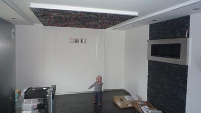 nádejná obývačka, sedačka sa vyrába a TV na stenu :-) Zatial tu máme odložené spotrebiče:-)