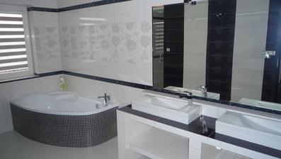 kúpelňa, zatiaľ ešte poloprázdna