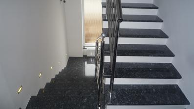 schody pri ktorých sa musel majster krvou potiť, boli krivé, ako v starších domoch, ale nakoniec sa dá na ne pozerať:-)