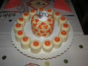náš krásný a dobrý dortí, ten uprostřed byl jen pro nás a taky jsme ho snědli sami