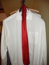 ženichova svatební košile s fran.límečkem koupeno 3.4.07-Marks Spencer, žehlit a vázat teprve budem, oblek tmavý