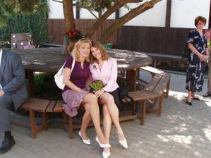 mamka a ségra před restaurací