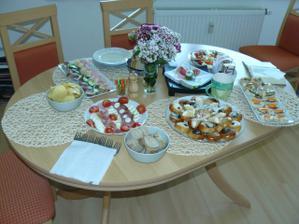 stůl s malým občerstvením