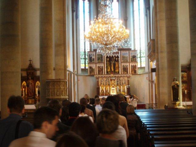 Příchod hostů do kostela - my čekáme ještě u vchodu - kdybychom si to náhodou rozmysleli, aby nám nikdo nebránil