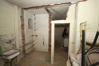 Vybouraná špajzka mezi kuchyní a obývákem, zbytek zdi šel taky pryč