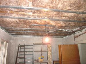 zatepluje se strop v patře