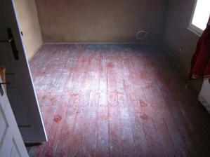 podlaha v pracovně před broušením