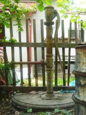 naše stará studna s pumpou