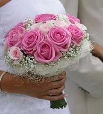 A nakonec objednaná tato kytka, jen ty růže jsou ve vínové.