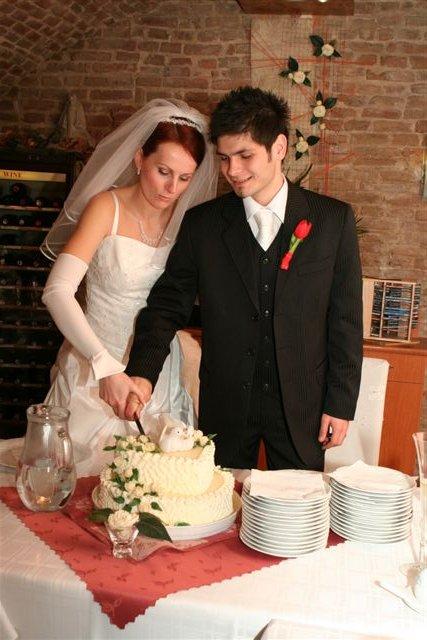 Linda{{_AND_}}Roman - krájanie tortičky