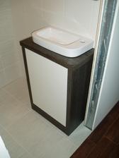 naše skříňka na WC