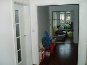 ložnice a průchod přes kuchyň do obýváku