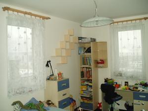 Tomáškův pokojík - už máme zabydleno - police, záclony, lustry... (a hlavně binec)