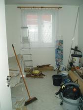 prostřední bordel pokoj se konečně taky vyklidí a položí se koberec... akorát tady bude zatím chybět lustr...