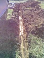 vykopány základy plotu