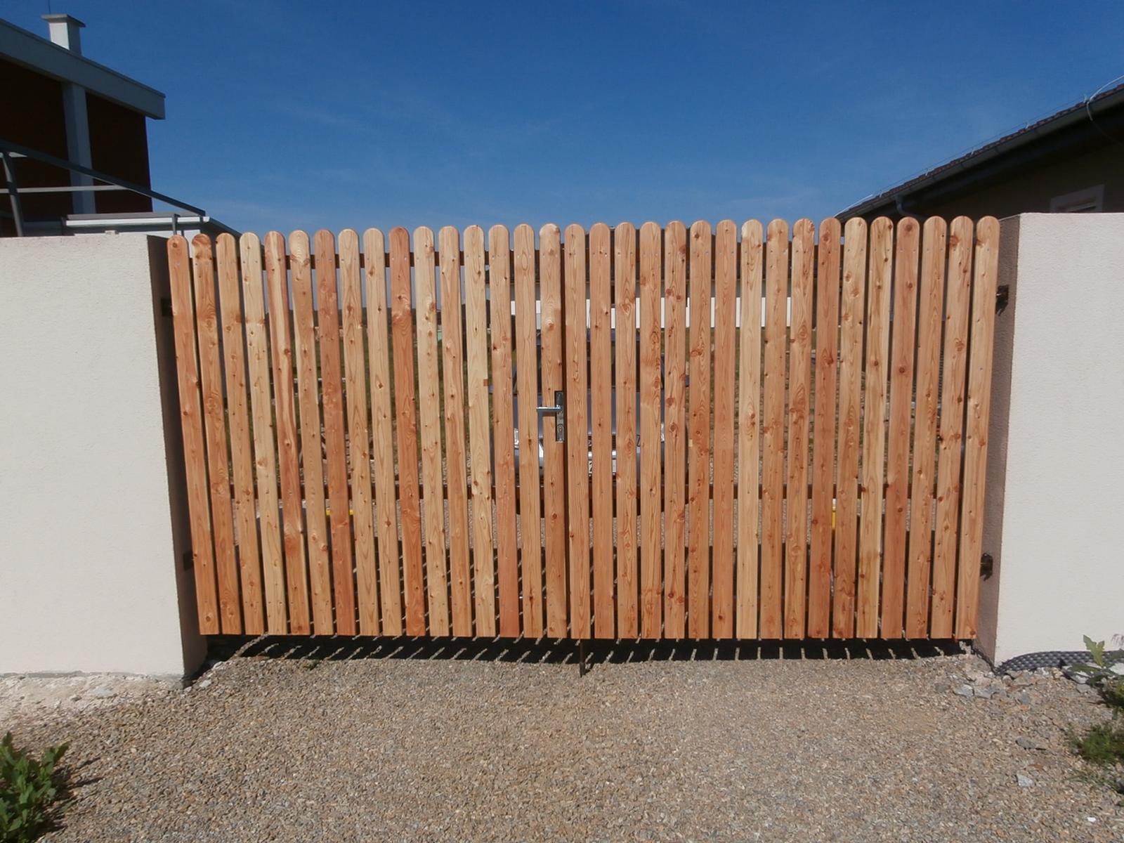 Realizace našeho vysněného domečku - ...a bránu