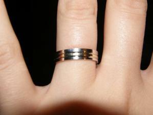 Tak prstýnky už jsou doma, skvěle sedí =) - není to moc poznat, ale uprostřed je žluté zlato a na koncích bílé zlato =)