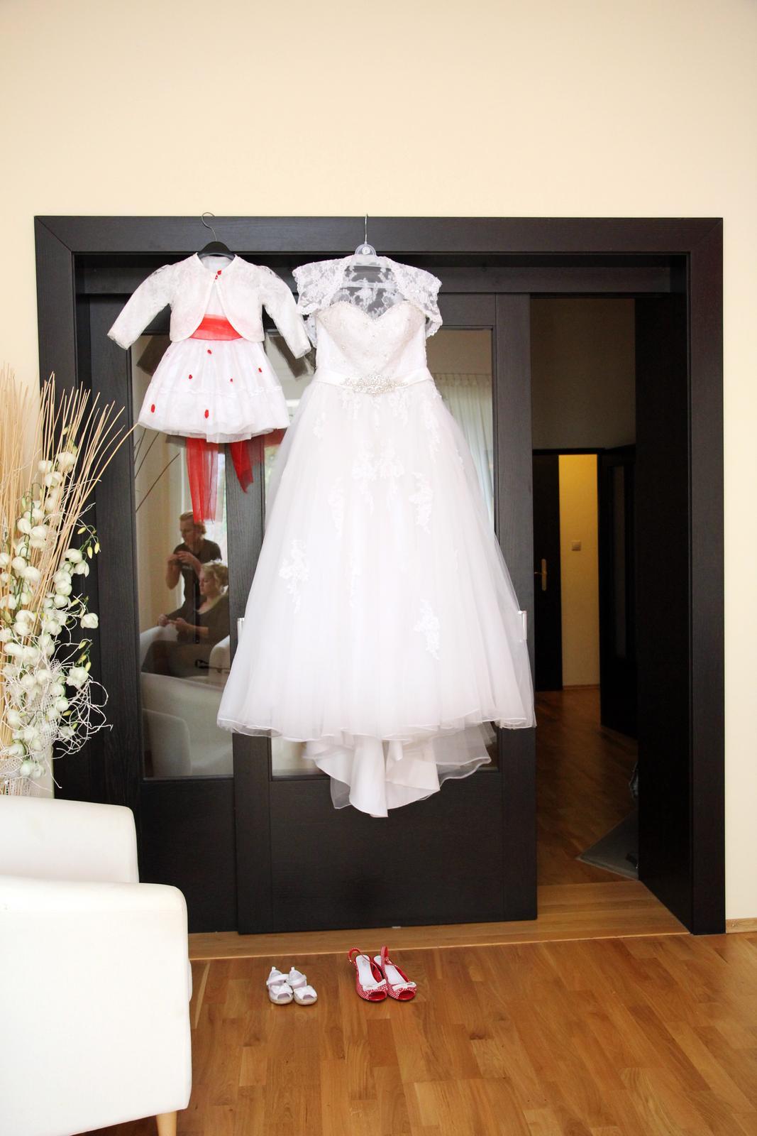 Lenka{{_AND_}}Tomáš - Veľké a malé svadobné šaty-:))) Len sme nevedeli, či si ich naša dcéra nakoniec oblečie.