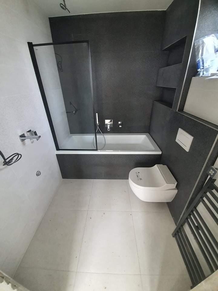 Pomaly finisujeme - Spodná kúpeľňa vedľa spálne, obklad Mercury Market, wc geberit aquaclean tuma, podomietkové batérie Grohe Cube