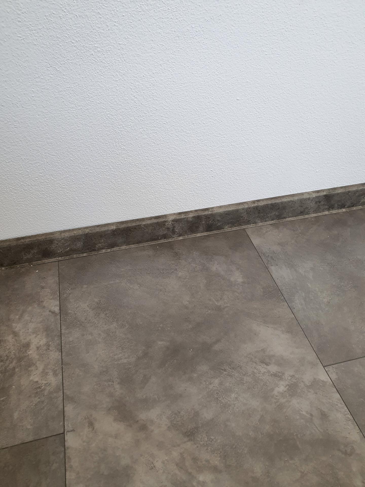 Pomaly finisujeme - Podlaha kompozitná Parador modular one beton tmavošedý. Lišta z Woodcotu znacka Gerflor