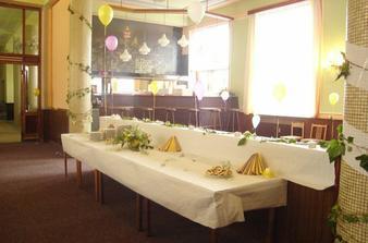 rautový stůl s balonkama