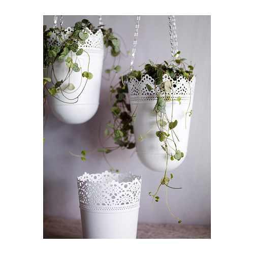 A nad ten stojan kvetov eset zavesit taketo kvetinace..... spravit taky relaxacny kutik :-)