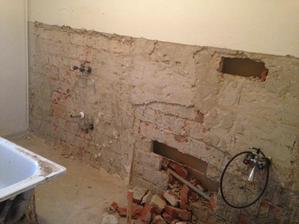 v kupelni sme za stenou objavili druhu stenu... to bolo tak, ked na rozvody vody primuruju druhu stenu... no tak sme ich vyburali a pridali si 20cm k priestoru :-)