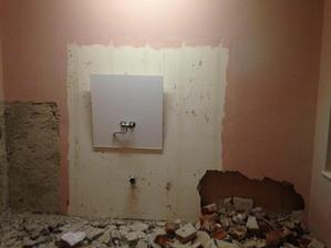 v kuchyni to iste, primurovana druha stena kvoli trubkam k baterii... asi...
