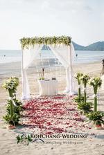 Takto vypadal nas plážový altanek pro obřad. Vecer se proměnil v místo pro romantickou veceri.