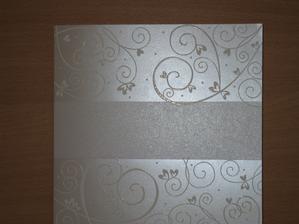 Vybrané oznámení, bohužel se mi nepodařilo lépe vyfotit. Bílý perleťový papír - v pruhu budou jména a uvnitř oznámení :) Za týden bude doma