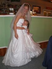 Nevěsta s jednou z družiček - ženichvovou sestřičkou.