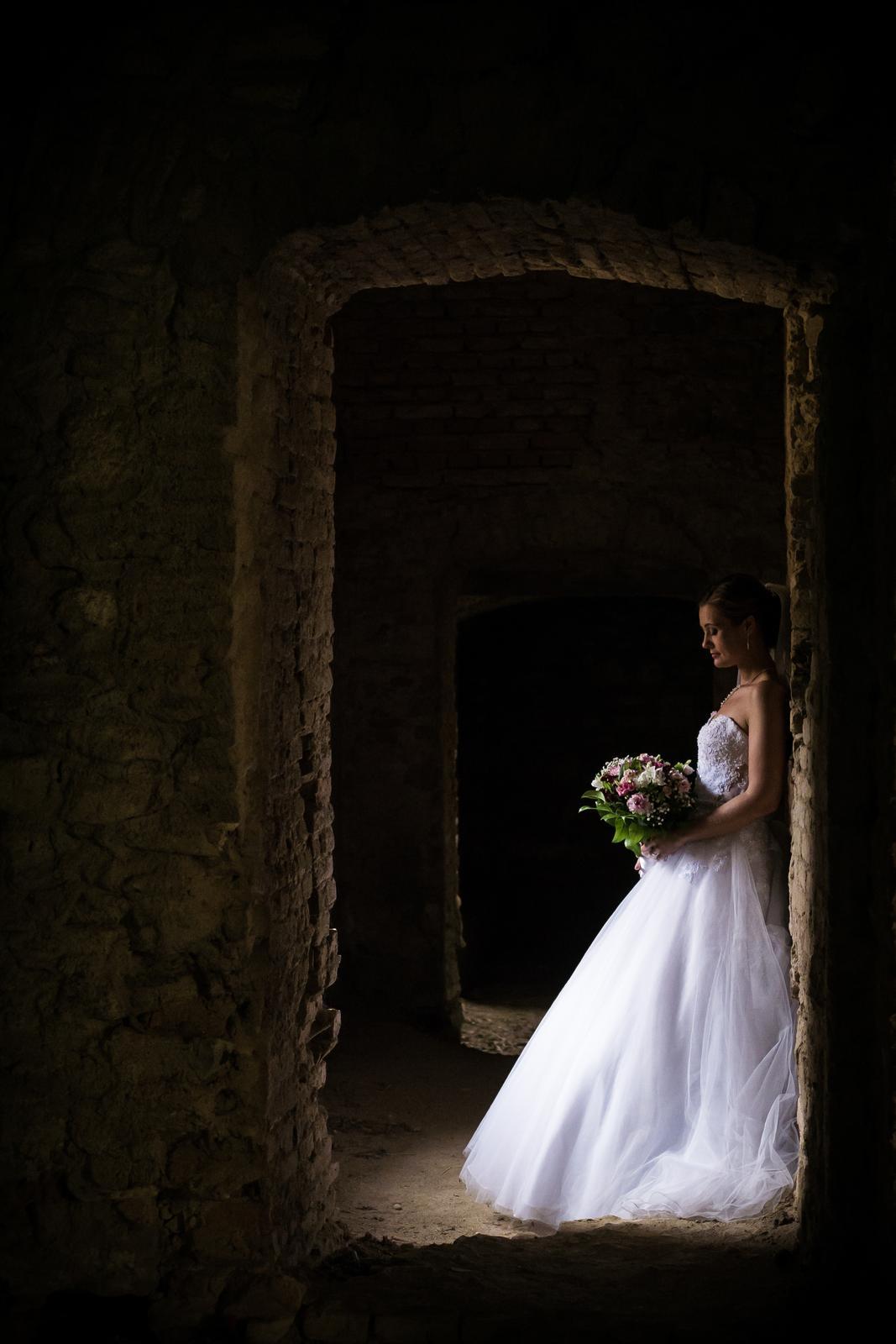 T & T svadobné fotky z opusteného kaštieľa - Obrázok č. 12