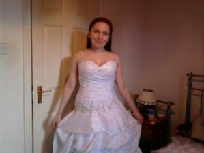 a toto su moje šaty. ja viem nič moc fotka ale fotila som na rýchlo bo drahý bol doma