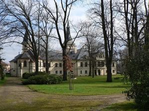 Zámek Lužany - tam co je v trávě vidět skruž studny je přibližně místo konání obřadu, mezi vzrostlými stromy :-)