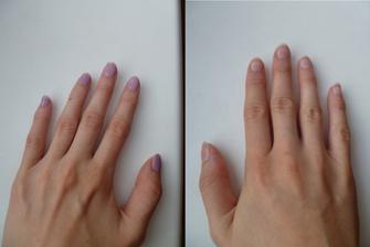 otázka úpravy nehtů - světle fialový lak (levá ruka), nebo moje přírodní (pravá ruka)?