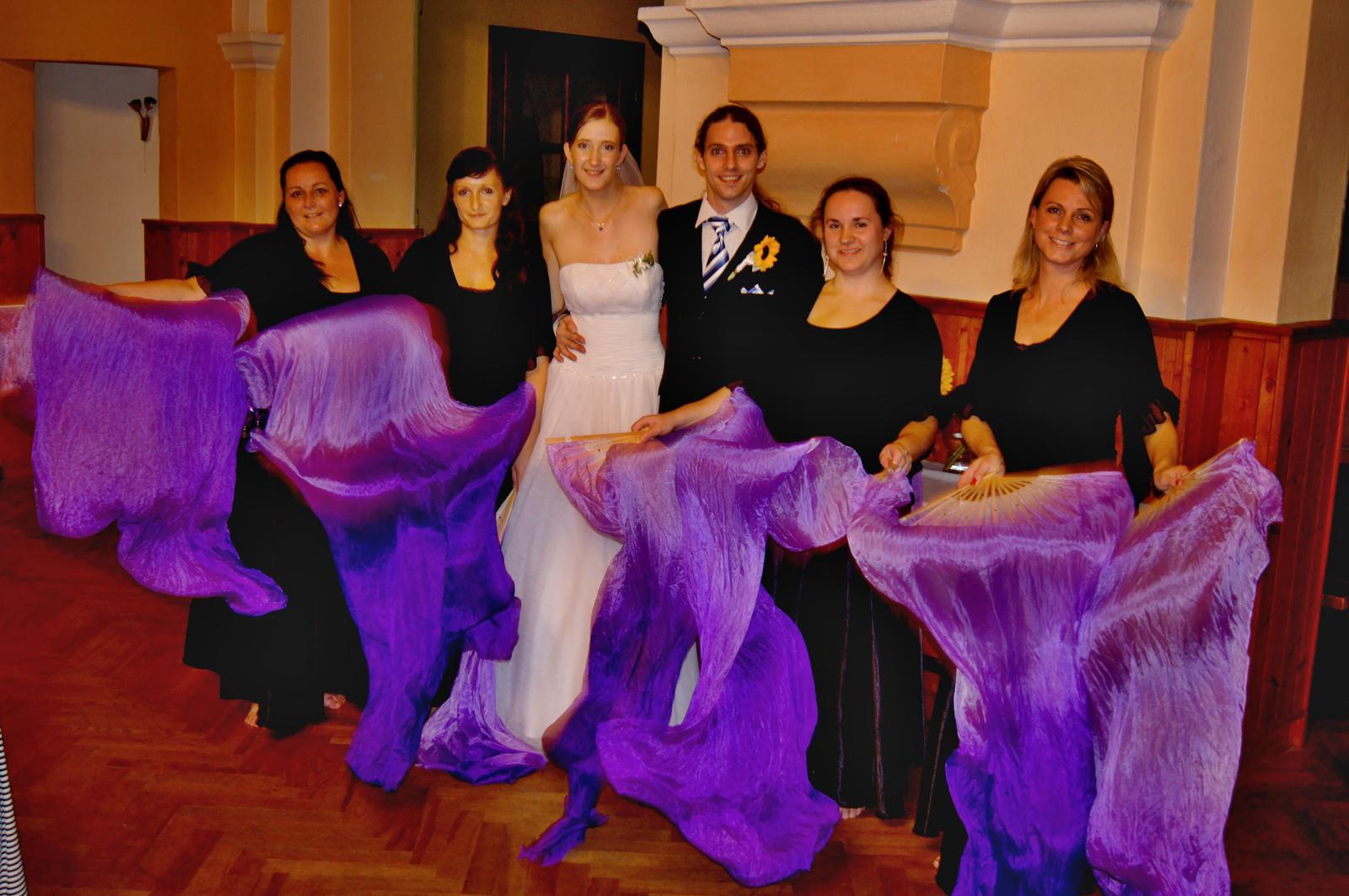 Barča{{_AND_}}Petr - moje sestra (druhá zleva) zajistila kulturní vložku - břišní tanečnice :-)