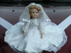 panenku na auto vyrobila (=ušila šaty) moje šikovná sestra
