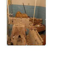stávající koupelna po našem řádění s kladivem ... :-)