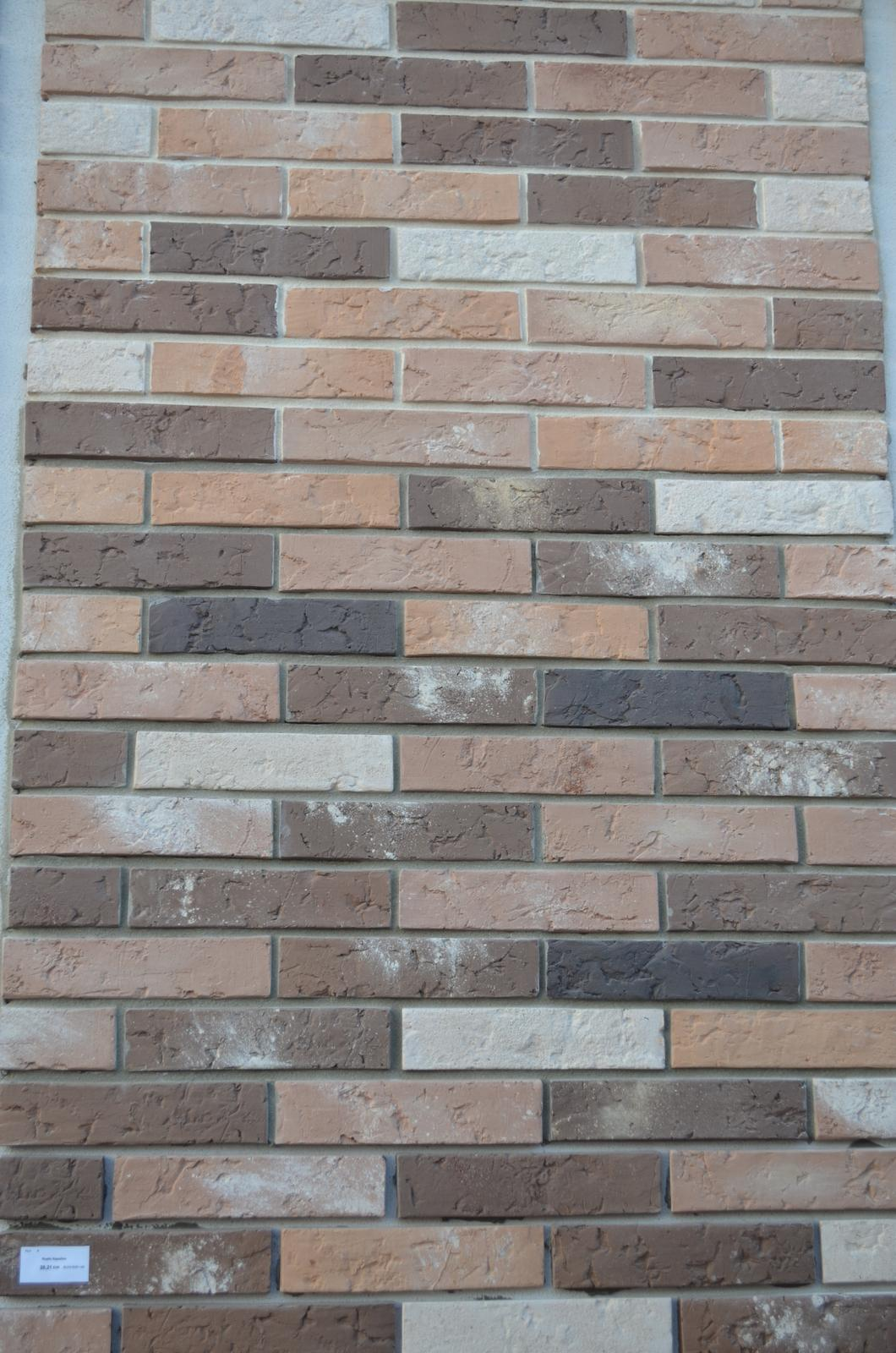 Kamenné i tehlové obklady - vzorový park fasádnych obkladov OPOJ - kapučino, bielobéžová a šedá špárovka