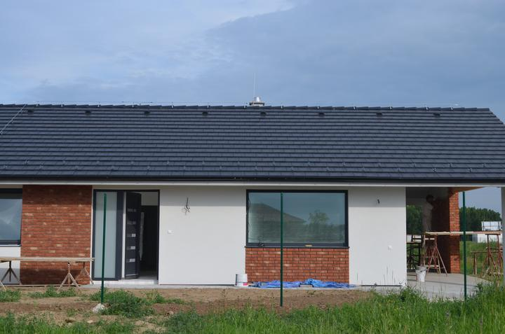 tehlové a  kamenné obklady  - REALIZACIE - tehový obklad RED + antracitová špárovka dokonale zladená k oknám a streche
