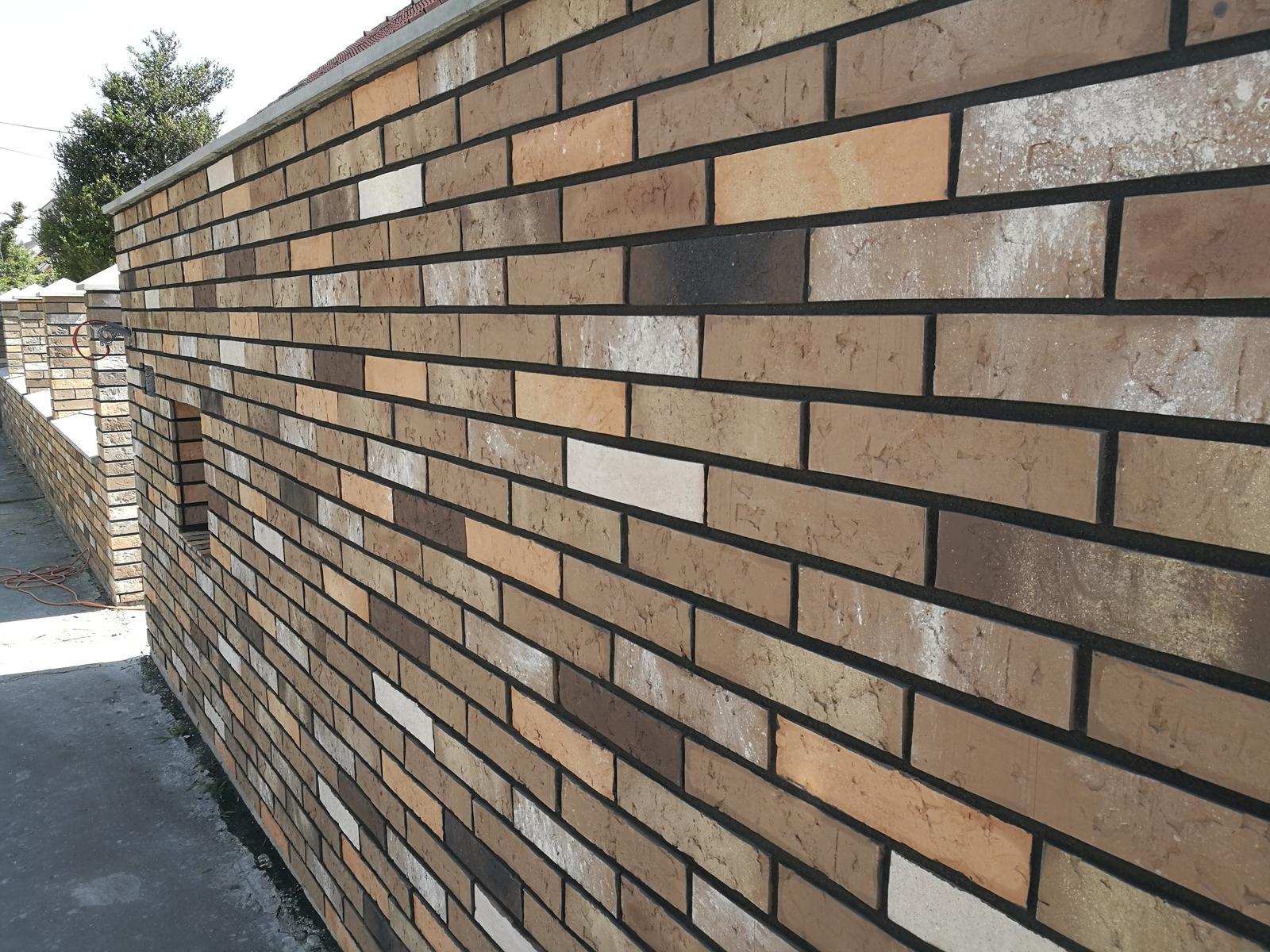 tehlové a  kamenné obklady  - REALIZACIE - zašpárovaný tehlový okblad kapučino + antracitová špárovka