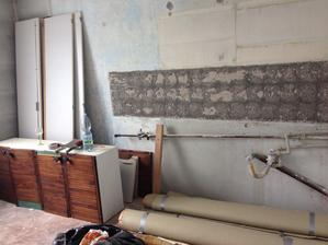 kuchyň - vybouráno, lino strháno, oškrábáno