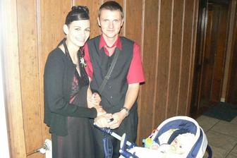 ...svědkyně Monča s manželem a Karolínkou...