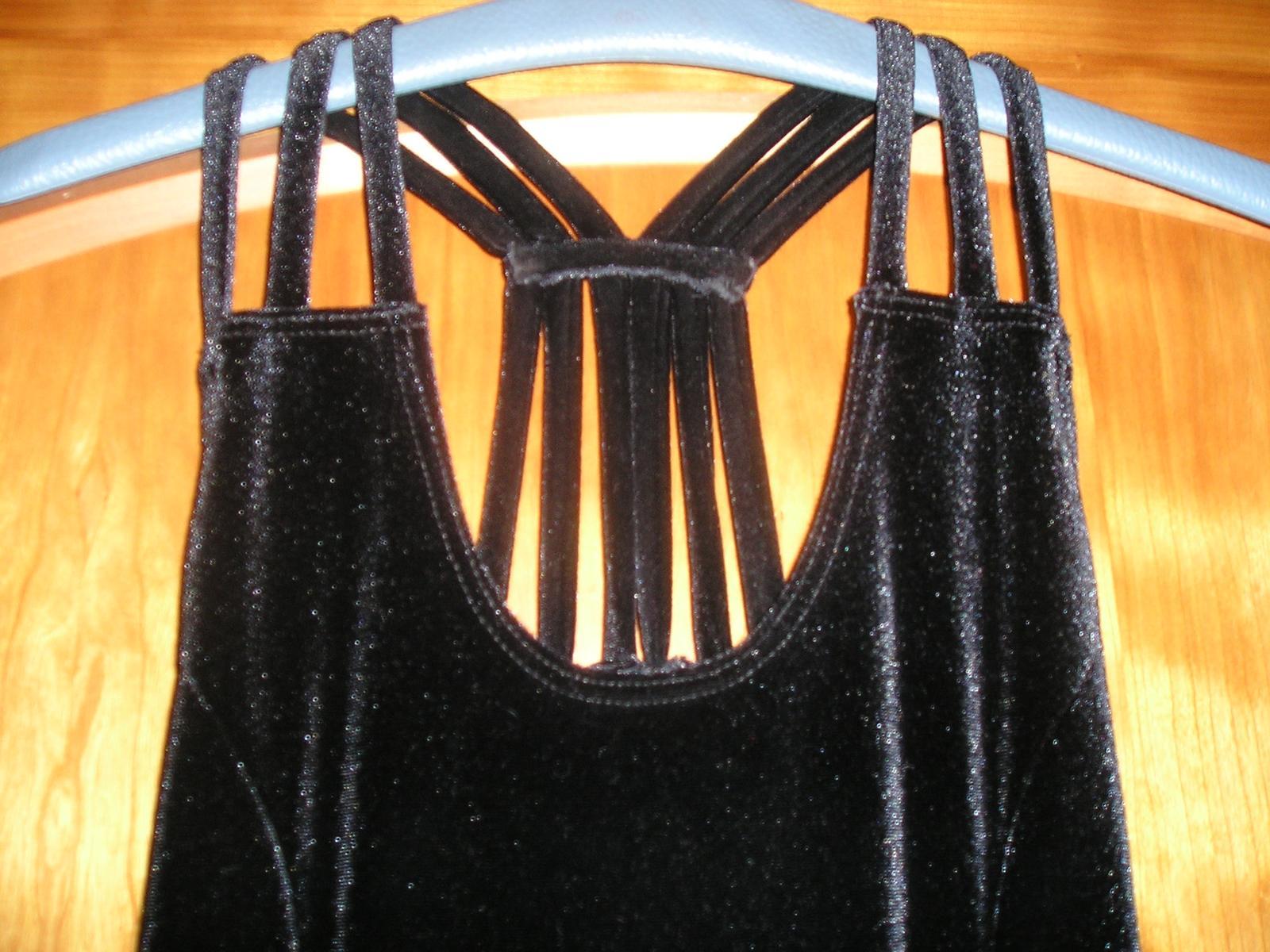Černé sametové šaty s rozparkem - Obrázek č. 1