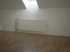položená podlaha v jednej izbe