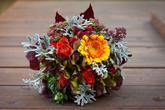 Svatební kytice podzimní - germína, růže, hortenzie, šípky, skimie, carthamus, dubové listí