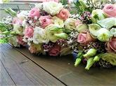 kytice z růží, eustomy a waxu