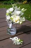 Svatební kytice a korsáž - eustoma, zelený karafiát, bílé růže a nevěstin závoj