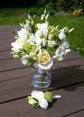eustoma, zelený karafiát, bílé růže a nevěstin závoj