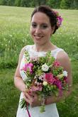 růžová frézie, bílá a růžová eustona, růžová bouvardie, zelená alchemila, zelená třezalka, travičky a zeleň z louky
